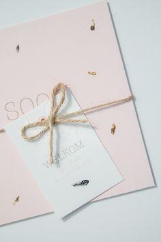 Zachtroze geboortekaartje voor Soof met kleine veertjes - Ontwerp door Leesign www.leesign.nl #geboortekaart #geboortekaartje #veertjes #soof