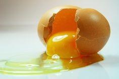aufgeschlagenes ei Breakfast, Kitchen, Food, Tips And Tricks, Homemade, Yellow, Recipe, Kitchens, Products