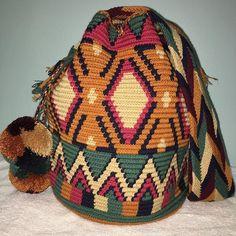 JUST IN#wayuubags #chilabags #mochilabags #beach #bohochic #summerbags #beachbags #가방 콜롬비아 북부와 베네수엘라 북서 쪽의 과히 라 반도에 거주하는 아메리칸 인디언 민족 그룹인 와유(Wayuu)부족이 만드는 100% 핸드메이드제품 입니다. 컬러풀한 와유백의 색상은 와유부족의 삶과 일상생활이 담겨있습니다. #칠라백 #chilabags #모칠라백 #itbag #pompom #fashion #people #handmade #borsa #colorful #unique #handmade #ethnic #boho #bohemian #Colombia #wayuu #style #design #bag #needle #geometric #festival #bohochic Crotchet Bags, Knitted Bags, Crochet Chart, Knit Crochet, Wiggly Crochet, Mochila Crochet, Tapestry Crochet Patterns, Tapestry Bag, Crochet Purses