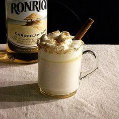 ラム酒やバターを使ったリッチで大人なホットミルク。トッピングの仕方も参考になります。