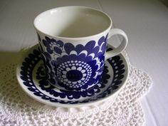 Arabia 100-vuotisjuhla kahvikuppi sininen Esteri Tomula Ceramic Decor, Ceramic Art, Vintage China, Retro Vintage, Blue And White Dinnerware, Marimekko, White Porcelain, Food Pictures, Cup And Saucer