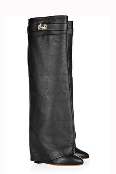 tacón de 12,5 centímetros, elaboradas en piel rugosa en negro o marrón, las botas de Givenchy