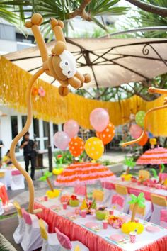 Una decoración muy colorida para una fiesta tropical / A colourful decoration for a tropical party