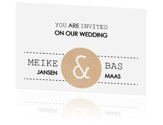 Strakke trouwkaart met moderne letters en cirkel