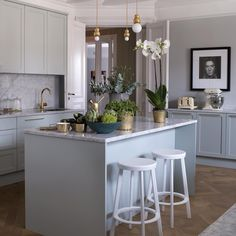 """""""Klassiskt på det nya sättet, med marmor, milt grågrönt och fina detaljer i mässing. Se hela hemmet i vårt Drömhem-nummer, tidningen finns i butik idag!…"""""""