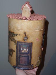 Barattolo decorato a decoupage 3D piatto su sfondo dipinto a mano