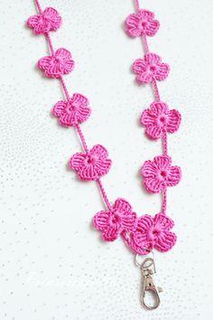 Kukkia, pitsinauhaa ja selkeää sileää. Helpot ja kauniit avainnauhat voi virkata vaikka kaikissa lempiväreissä. Ihana lahja-idea esimerki... Knit Or Crochet, Crochet Accessories, Crochet Flowers, Embroidery Designs, Hello Kitty, Diy And Crafts, Crochet Earrings, Knitting, Sewing