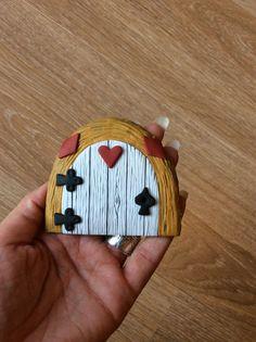 Home sweet gnome fairydoor Porte de fée en pâte fimo par Frederic Braie Alice in Wonderland Frederic, Gnome, Fairy Doors, Wonderland, Sweet Home, Alice, Creations, House Beautiful