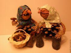 Купить или заказать Бабуля зимняя в интернет-магазине на Ярмарке Мастеров. Из соединения традиционных деталей новогоднего декора – шишек и орехов получился своеобразный новогодний сувенир - такие зимние бабульки.