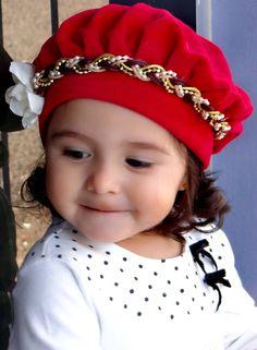 Boina infantil vermelha de plush com headband. Sua filha vai ficar uma  princesa! Confira 5345531930b