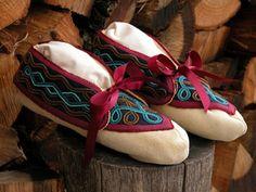 Native American Cherokee, Native American Design, Native American Fashion, Native American Indians, Native Americans, Indian Beadwork, Beaded Moccasins, Beaded Crafts, Native Indian
