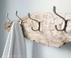 So simple yet beautiful! Transform a piece of driftwood from the beach into a beautiful and useful DIY rustic towel rack, coat hooks or hat rack. Step-by-step tutorial for this decor idea is included! Rustic Towel Rack, Rustic Coat Rack, Driftwood Shelf, Driftwood Projects, Driftwood Ideas, Diy Projects, Beach Cottage Style, Beach House Decor, Home Decor