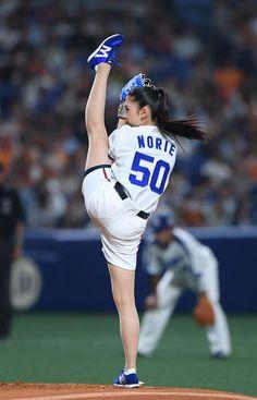 「第50回ミス日本コンテスト2018」でグランプリを獲得した名古屋市出身の市橋礼衣さんが中日の本拠地開幕戦(対巨人)で始球式を務めた。中日の背番号「50」のユニ…