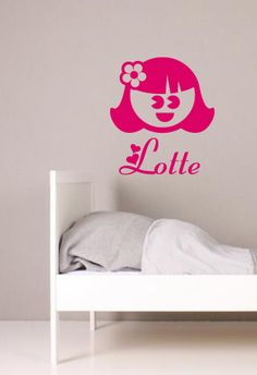Een vrolijk sticker van een meisje. Daarbij de naam van je kind en een paar hartjes. Leuk voor in de babykamer of op het raam als geboorte aankondiging.