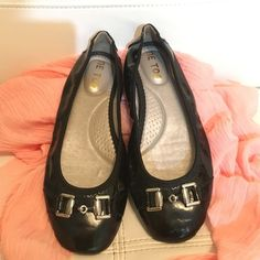 Me too flats Beautiful flats , perfect condition, comfortable and super cute me too Shoes Flats & Loafers
