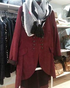 Casaca granate  #casaca #casacagranate #chaqueta #frio #abrigate #almaltiempobuenacara #jacket #winterishere #garnet #blackandwhite #scarf #fashion #stylechic #regalsleonor