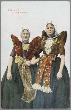 Twee vrouwen in Axelse streekdracht