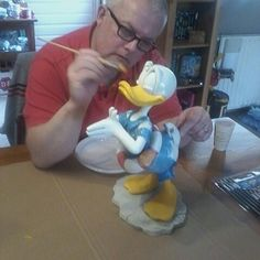 Disney collectie, garden, trying to repaint swimming donald, faded color and damage due to weather conditions