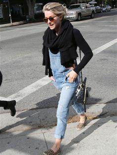 Julianne Hough, con peto vaquero, crop top de manga larga y zapatilas