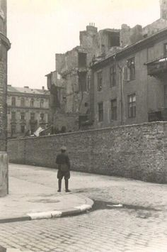 the wall  The Warsaw Ghetto http://www.HolocaustResearchProject.org