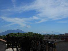 La bellezza del vulcano di Napoli. Le nuvole(scie chimiche?) guastano tutto.