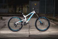 Markante Form und schlichtes Design: so präsentiert sich das neue Propain Rage 650b. Wir konnte das Bike einem Test unterziehen - hier geht es weiter: