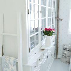 Kuinka ihana tapa käyttää Firenze-vitriinin tarjotintasoja! Decor, Furniture, Dining, Cabinet, Home Decor, China Cabinet, Storage