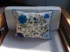 Almohadón en tonos azules bordado en lana Ines Etcheberry. www.facebook.com/bordados.ines1
