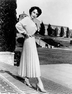 Elizabeth Taylor circa 1950 wearing a pleated skirt, belt and knit top. Elizabeth Taylor, Easy College Halloween Costumes, Halloween Halloween, Halloween Parties, Trendy Halloween, Halloween Couples, Halloween Carnival, Accordion Skirt, Black White