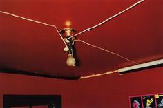 """📷 William Eggleston, """"The Red Ceiling"""" (Teto Vermelho), Greenwood, Mississippi, History Of Photography, Documentary Photography, Fine Art Photography, Street Photography, Postmodern Photography, Famous Photography, Photography Lessons, Photography Tutorials, Creative Photography"""