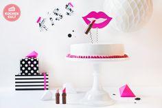 """Diese Geburtstagstorte für die Frau braucht nicht viele Worte. Der """"Küss-mich-Effekt"""" kommt beim Überreichen von ganz allein. Ein Tipp für euch, liebe Männer, um Frauenherzen höher schlagen zu lassen."""