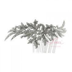 TOCADO HOJAS PARRA RODIOTocado con dibujo de hojas realizado en metal rodiado un poco envejecido  y cristal de Swarovsky. Está montado sobre un peinecillo de 5,50 cm. Su forma curvada hace que se adapte perfectamente a la cabeza y a cualquier tipo de peinado. También se pueden poner 2, uno a cada lado. MEDIDAS: ALTO: 5,50 CM (por la parte más alta) ANCHO: 15,50 CM  PVP: 135 €