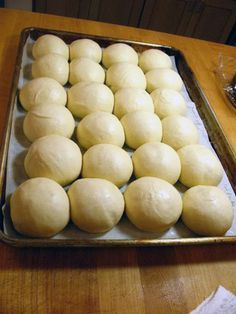 Baking Buns for a Crowd by King Arthur Flour (includes detailed instructions for freezing before baking) The post Big Batch Quick Dinner Rolls appeared first on Orchid Dessert. Quick Dinner Rolls, Dinner Rolls Recipe, Roll Recipe, Frozen Dinner Rolls, Quick Rolls, Dinner Recipes, Baking Buns, Bread Baking, Homemade Dinner Rolls