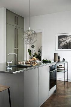 Daniella Witte valde en slät kökslucka i Ostronbeige och varmgrått. I detta kök finns dubbla vaskar och dubbla diskmaskiner för att göra det enkelt att hålla arbetsytorna fria, och för att låta många få plats. Oväntade materialkrockar - som koppar mot rostfritt.