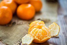 Klementynki – najbardziej popularna w naszym kraju odmiana owoców cytrusowych – to skrzyżowanie mandarynki ze słodką pomarańczą. Są bardzo soczyste, zwykle pozbawione pestek i łatwo się obierają, dlatego sięgamy po nie chętniej niż po tradycyjne mandarynki, które z reguły są jaśniejsze, nieco mniej spłaszczone, a ich skórka mocniej trzyma się miąższu.