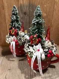 Christmas Plants, Christmas Lanterns, Winter Christmas, Christmas Wreaths, Merry Christmas, Christmas Ornaments, Christmas Flower Arrangements, Christmas Crafts To Sell, Diy Wreath