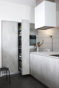 Don't feel limited by a small kitchen space. These 50 designs for kitchen island to inspire you to make the most of your own tiny kitchen. Maximize your kitchen storage and efficiency with these kitchen design ideas and kitchen cabinet design hacks. Küchen Design, House Design, Modern Design, Design Ideas, Kitchen Peninsula, Kitchen Islands, Concrete Kitchen, Kitchen Dinning, 50s Kitchen