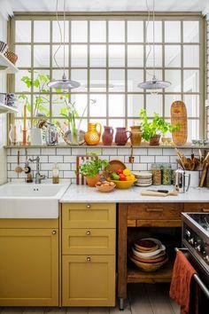 Yellow Kitchen Designs, Kitchen Colors, New Kitchen, Kitchen Decor, Summer Kitchen, Kitchen Ideas, Yellow Kitchen Cabinets, Yellow Kitchen Paint, Yellow Kitchen Furniture