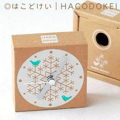 *オリジナルデザインの素朴な手作りダンボール時計です。◎盤面は雪の結晶に鳥のデザインをシルク印刷しています。◎箱の組み立てから印刷まで手作りでおこなっています... ハンドメイド、手作り、手仕事品の通販・販売・購入ならCreema。