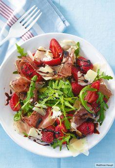 Sommer auf dem Teller: frische Erdbeeren, Rucola, feiner Schinken und darüber homemade Balsamico-Creme.