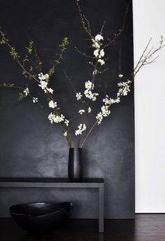 Instead 3 horizontal black mirror panels. Kelly Wearstler, Black Walls, White Walls, Twig Furniture, Flur Design, Mirror Panels, Spring Home Decor, Design Blog, Maker