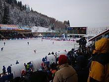 El Medeo, la pista de patinaje más alta del mundo, durante un partido de bandy entre Kazajistán y Mongolia.