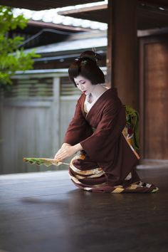 Now and Here Geisha Japan, Geisha Art, Japanese Geisha, Japanese Beauty, Japanese Art, Asian Beauty, All About Japan, Modern Pictures, Modern Traditional