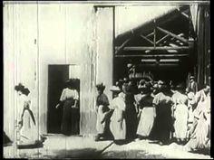 A Saída dos Funcionários da Fábrica Lumière em Lyon, 1895 #lumiere #saidadosoperariosdafabrica #irmaoslumiere #cinema #historia