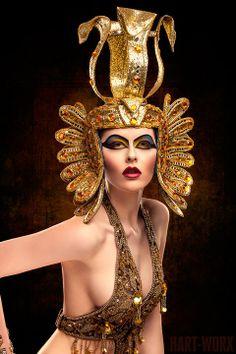 Incredible Egyptian makeup and cosplay of Cleopatra! Cleopatra Makeup, Egyptian Makeup, Egyptian Fashion, Egyptian Beauty, Egyptian Costume, Egyptian Queen, Egyptian Goddess, Egyptian Art, Egyptian Jewelry