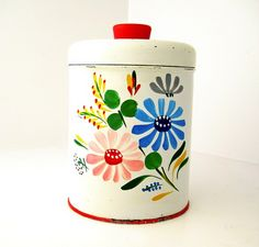 This pretty little vintage, painted canister is from here . Lovely in your vintage inspired kitchen. Vintage Canisters, Vintage Enamelware, Kitchen Canisters, Vintage Tins, Vintage Kitchen, Kitchen Bouquet, Bowls, Retro Renovation, Vintage Cookies