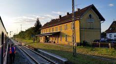 Auf dem Weg von Ebermannstadt nach Schwandorf mussten wir in Freihöls einen kurzen Zwischenhalt einlegen. Ein Gegenzug kreuzte uns. Weil wir etwa eine Stunde zu früh unterwegs waren, fiel noch ein langer Schatten der Morgensonne.