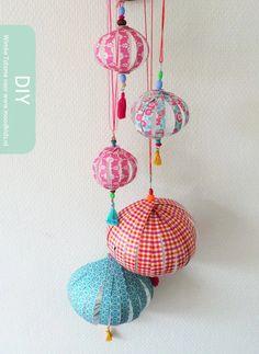 Zelf papieren bollen maken stap voor stap uitleg Chinese New Year Decorations, Chinese New Year Crafts, New Year's Crafts, Arts And Crafts, Diy Crafts, Paper Balls, Chinese Paper Lanterns, Lantern Craft, Kids Origami
