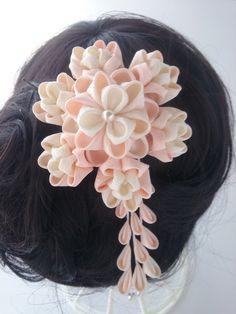 ☆ピンク綸子と白(オフホワイト)ちりめんの、正絹つまみ細工髪飾りです☆ピンクと絹の自然な生成色の組み合わせが、やさしい髪飾りです花びらの重なりが、豪華な印象に出来上がりました金具は、コームとUピンでお作りしています写真は、自然光で撮影しましたが、端末によ...