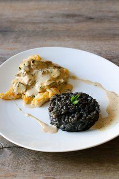 Filets de sole, sauce aux champignons et risotto à l'encre de seiche